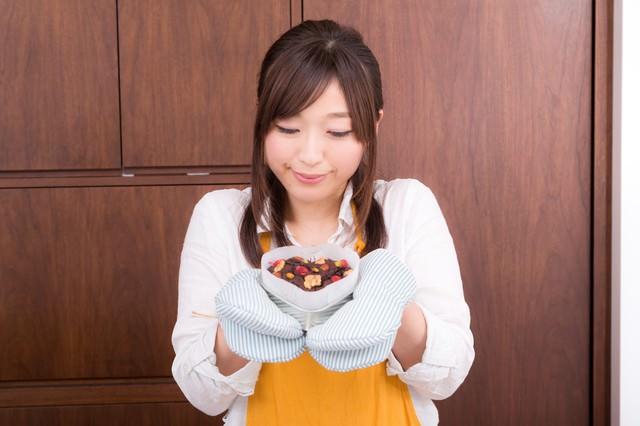 バレンタインの手作りチョコをつくる女性の写真