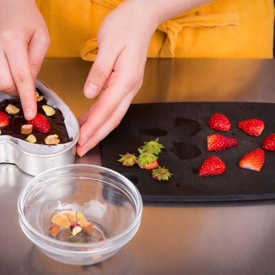 「バレンタインのチョコレートケーキを焼く女性」の写真素材