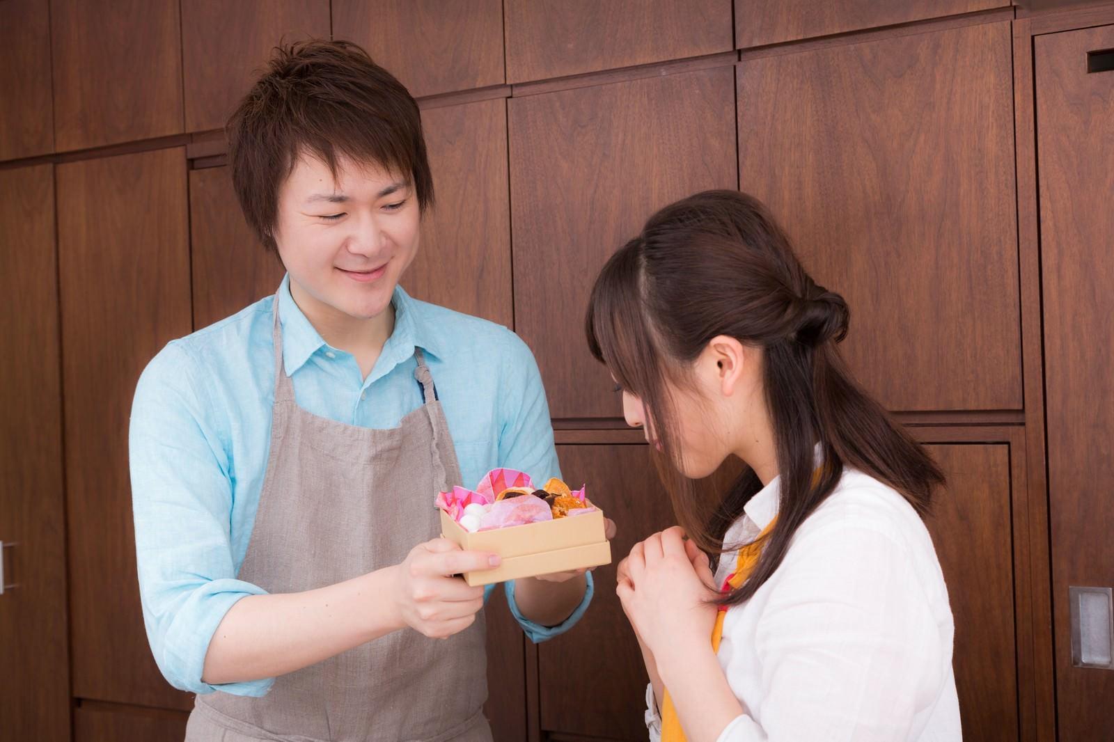 「奥さんへ感謝の手作りチョコをプレゼント奥さんへ感謝の手作りチョコをプレゼント」[モデル:五十嵐夫妻]のフリー写真素材を拡大