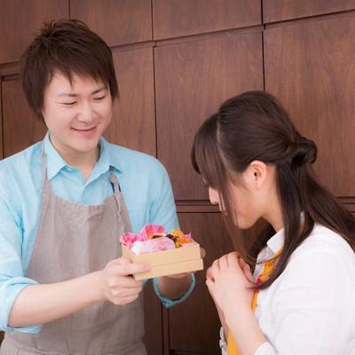「奥さんへ感謝の手作りチョコをプレゼント」の写真素材