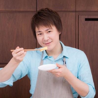 「生徒が作った玉子焼きの味を確認する料理研究家」の写真素材