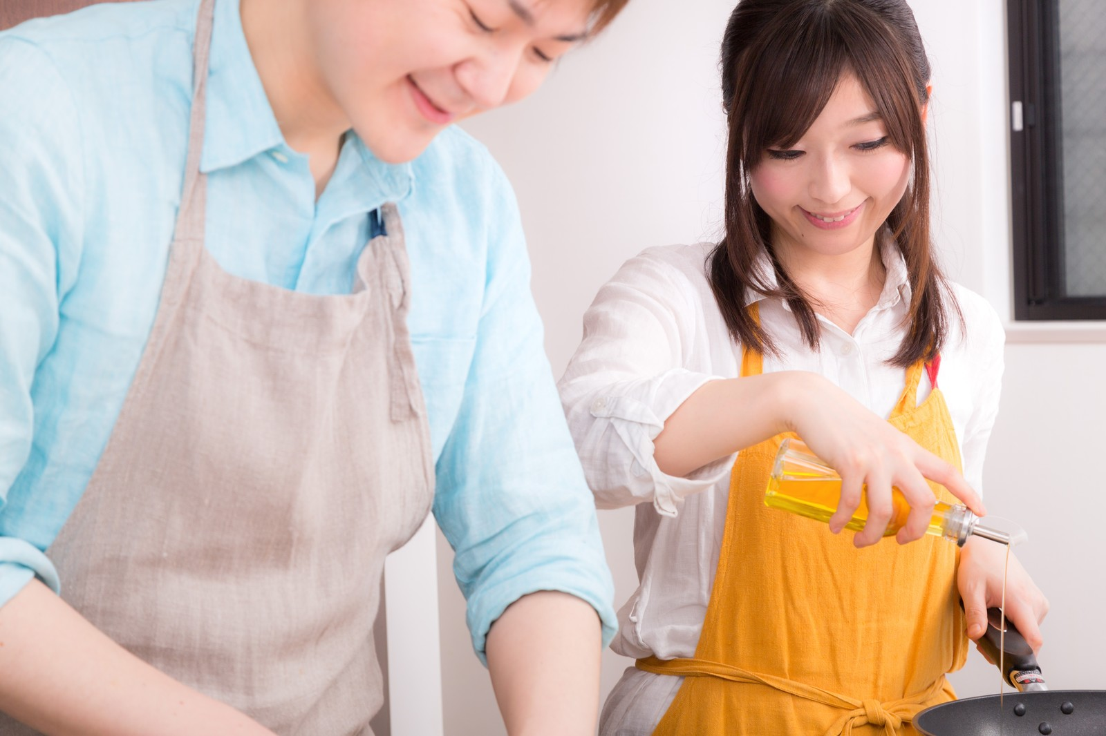 「楽しく料理をする事が夫婦円満の秘訣楽しく料理をする事が夫婦円満の秘訣」[モデル:五十嵐夫妻]のフリー写真素材
