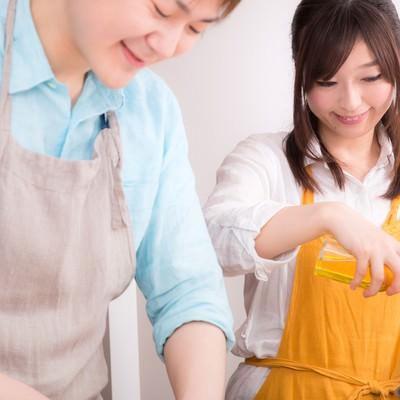 「楽しく料理をする事が夫婦円満の秘訣」の写真素材