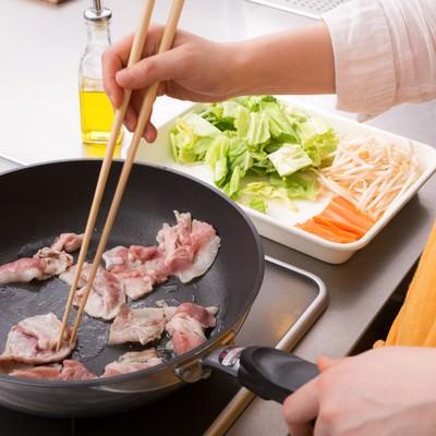 「野菜炒め、まずは豚肉をジュージュー」の写真素材