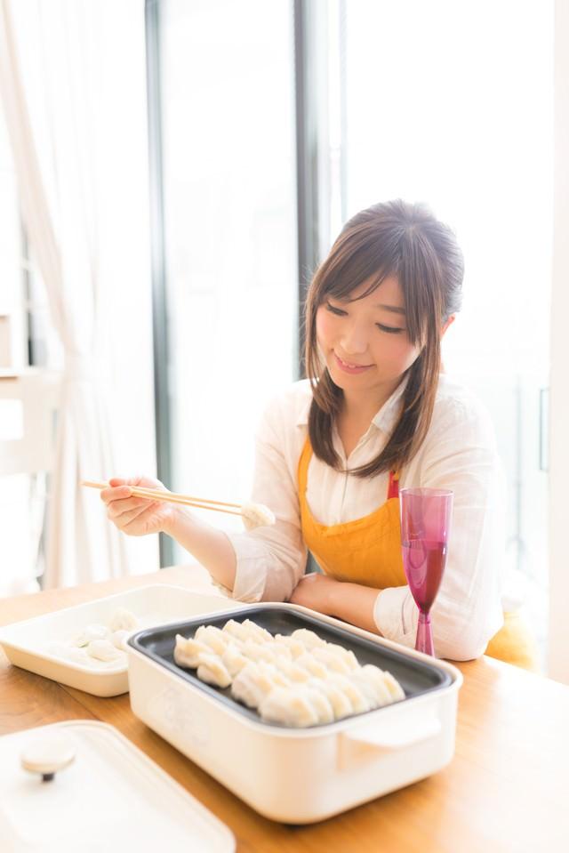 夫の大好きな餃子を作る専業主婦の写真