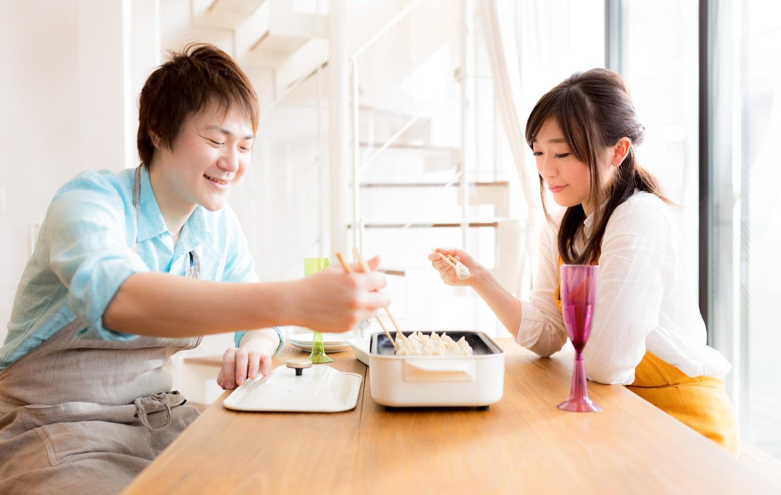 「夫婦仲良く餃子パーリー」の写真[モデル:五十嵐夫妻]