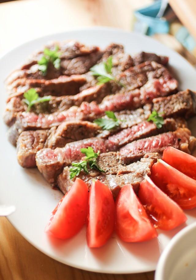 ステーキとトマトのカットの写真