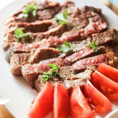 「ステーキとトマトのカット」の写真素材