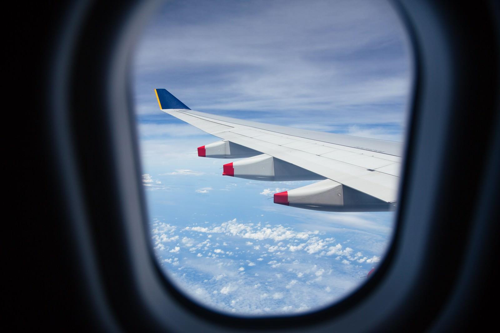 「旅客機の窓から見える翼」の写真