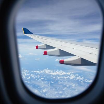 「旅客機の窓から見える翼」の写真素材