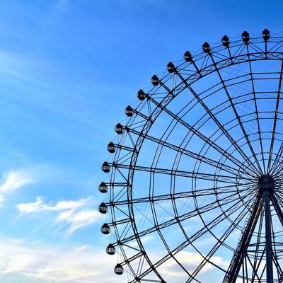 青い空と観覧車の写真