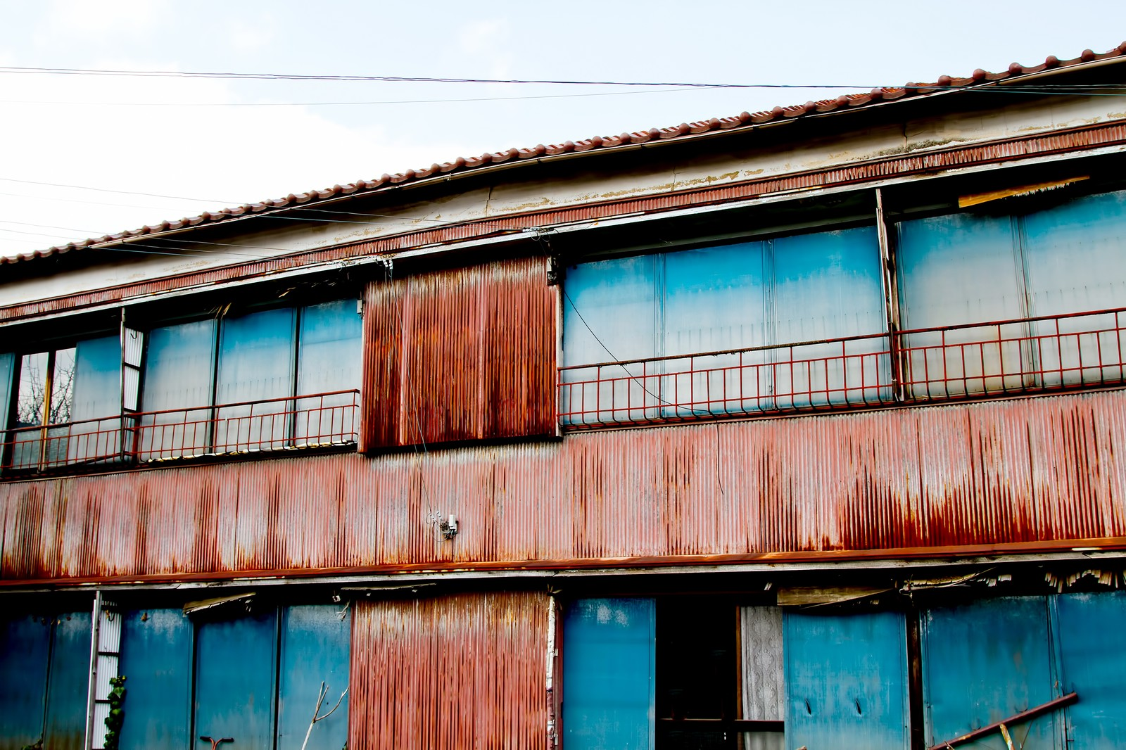 「朽ちたトタンのアパート」の写真