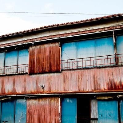 「朽ちたトタンのアパート」の写真素材