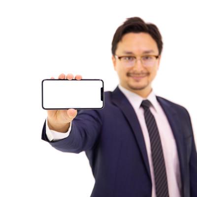 XS MAXの大画面(6.5インチディスプレイ)を強調する外国人の写真