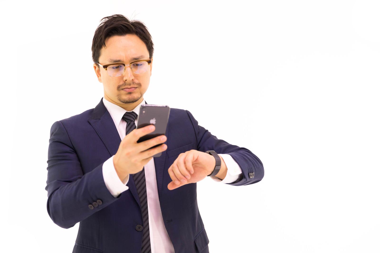 「最新のスマートウォッチとスマートフォンを使う意識高い系」の写真[モデル:Max_Ezaki]