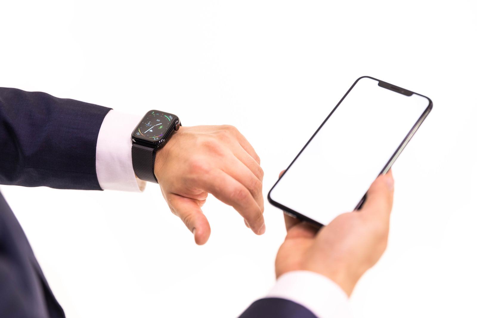 「Apple Watch Series 4 と iPhone XS を使う手元」の写真
