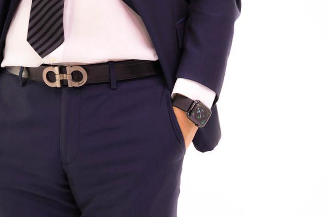 ポケットに手を突っ込む意識高めのスーツ男