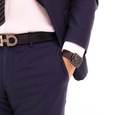 ポケットに手を突っ込む意識高めのスーツ男の写真