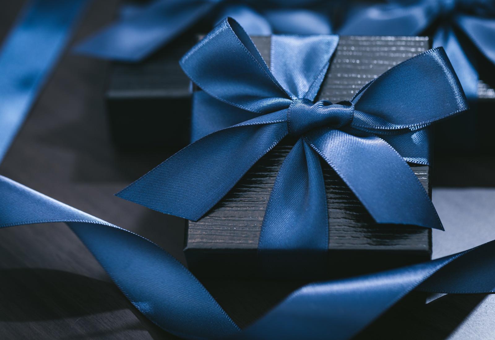 「青いリボンで封がされたプレゼント」の写真
