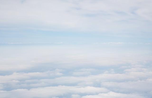 雲を抜けて上空の写真