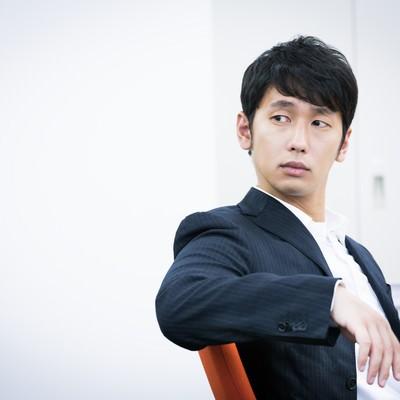 「「今日はノーネクタイたい」と言いながら振り返る九州出身の男性」の写真素材