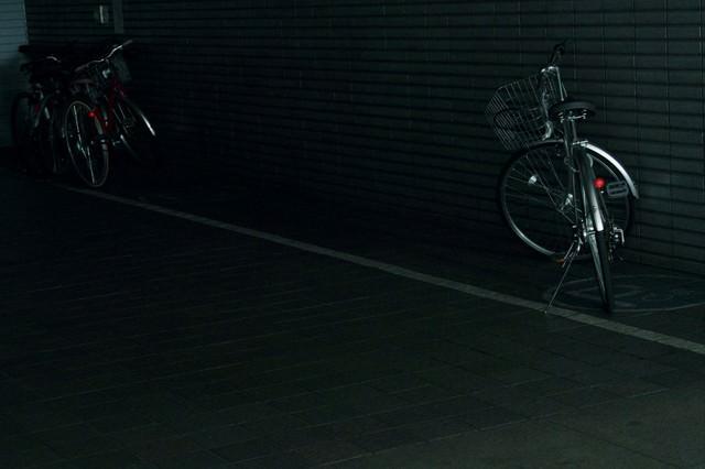 暗い駐輪場の自転車の写真
