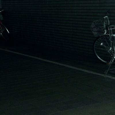 「暗い駐輪場の自転車」の写真素材