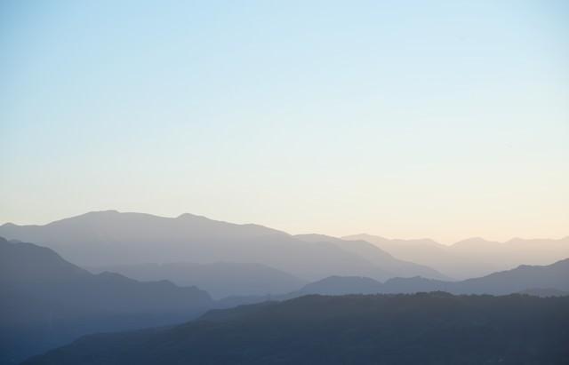 霧深い山々の写真