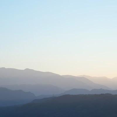 「霧深い山々」の写真素材