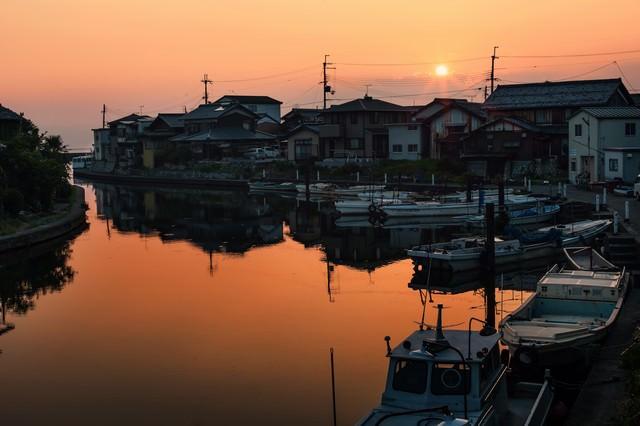 夕日と彦根港の写真