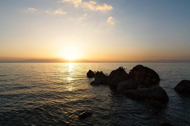 琵琶湖と夕日の写真