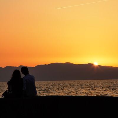 夕暮れとカップルの写真