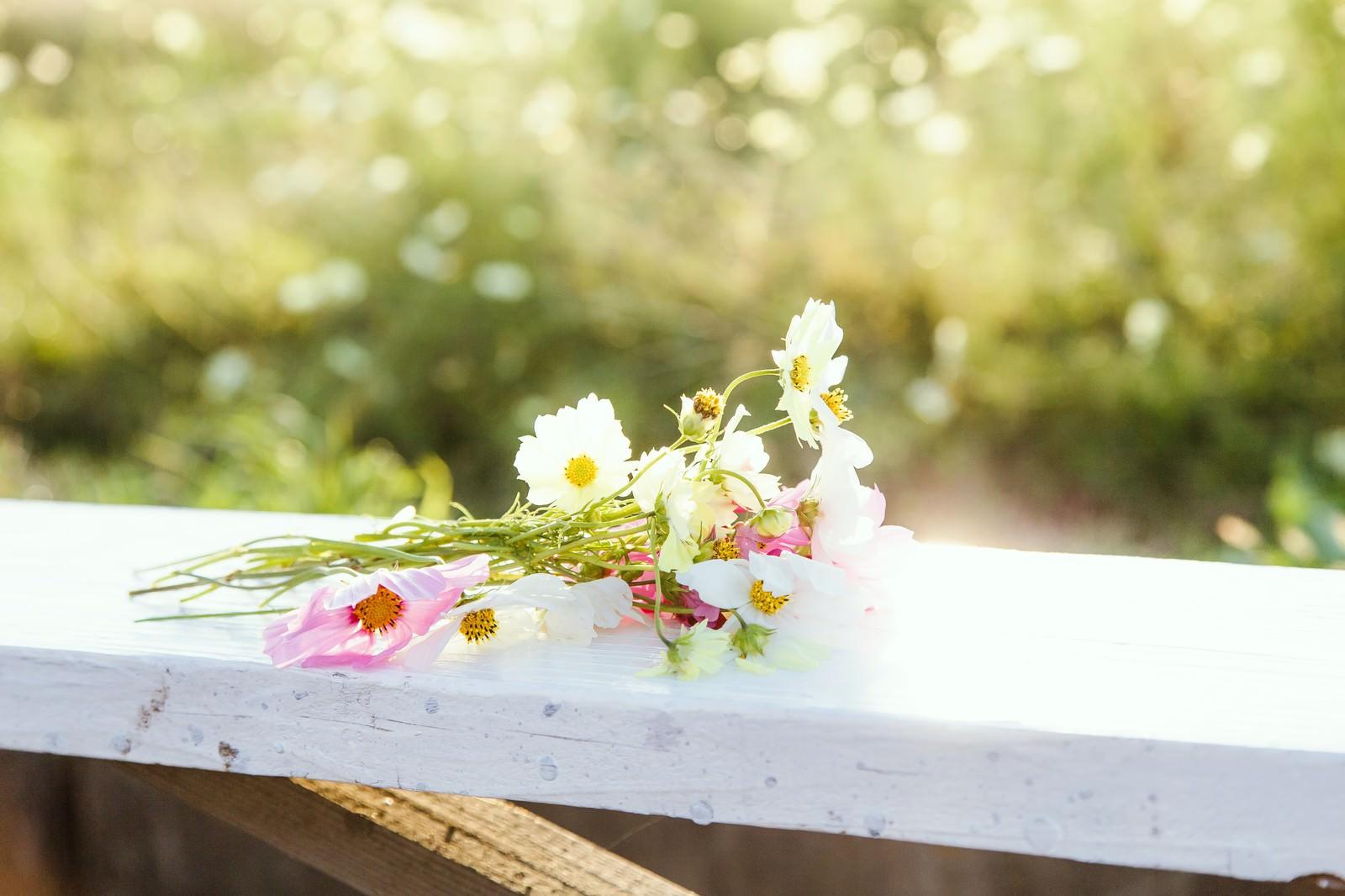 「手すりに置かれた花束」の写真