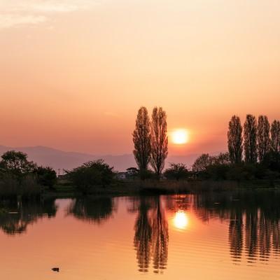 「オレンジ色の水面」の写真素材
