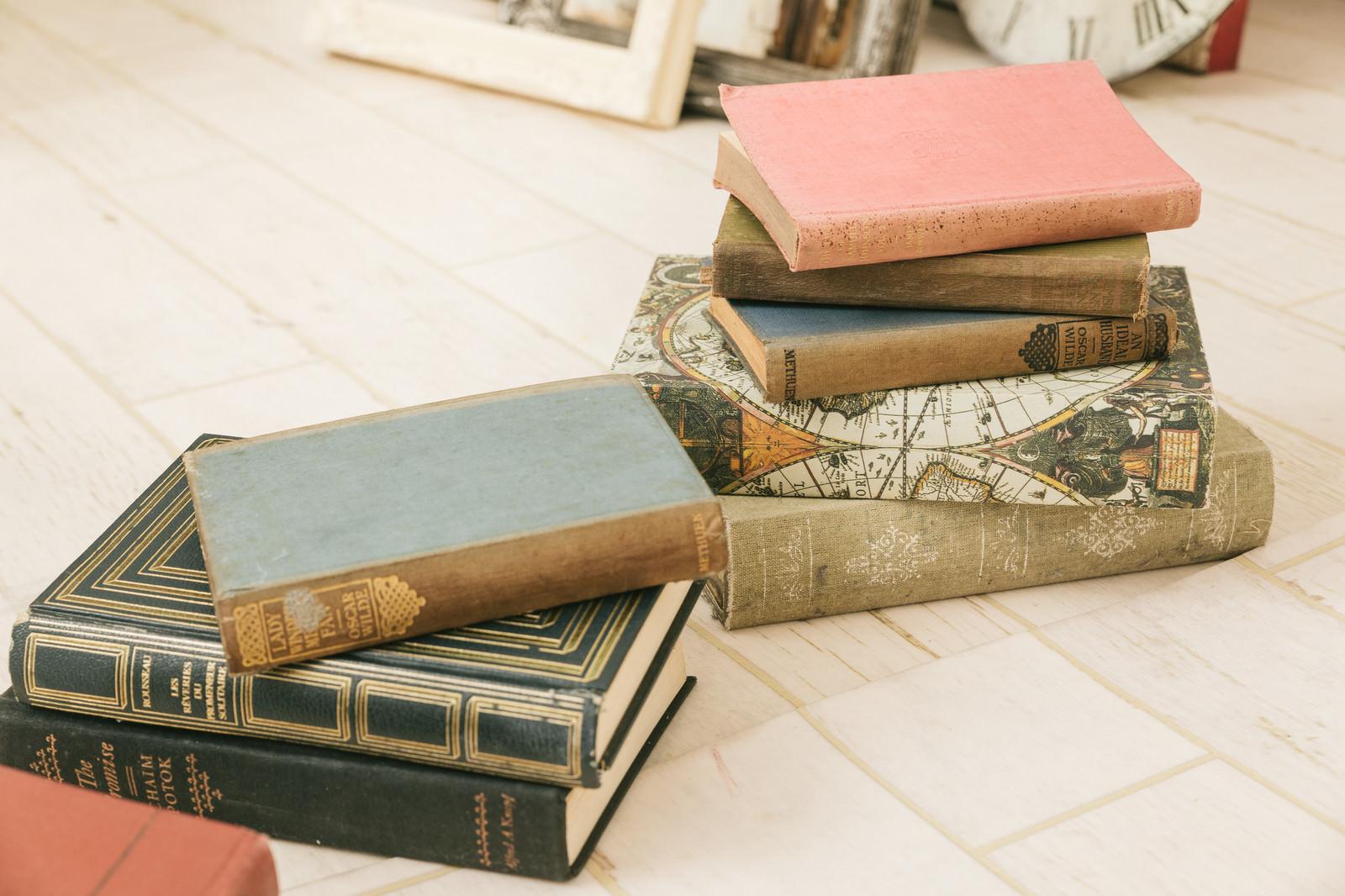 「積み重ねた古書」の写真