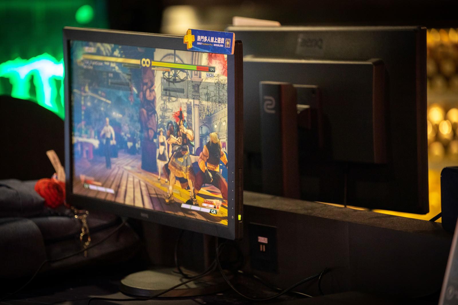「前後モニターでストVをプレイできるeスポーツ施設 - ストリートファイターV」の写真