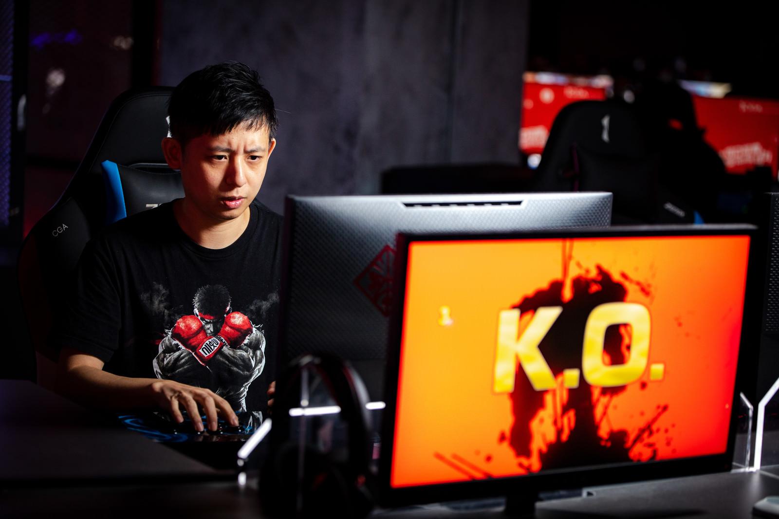 「圧倒的K.O.で打ちのめされてしまうゲーマー - ストリートファイターⅤ」の写真[モデル:Humanbomb]