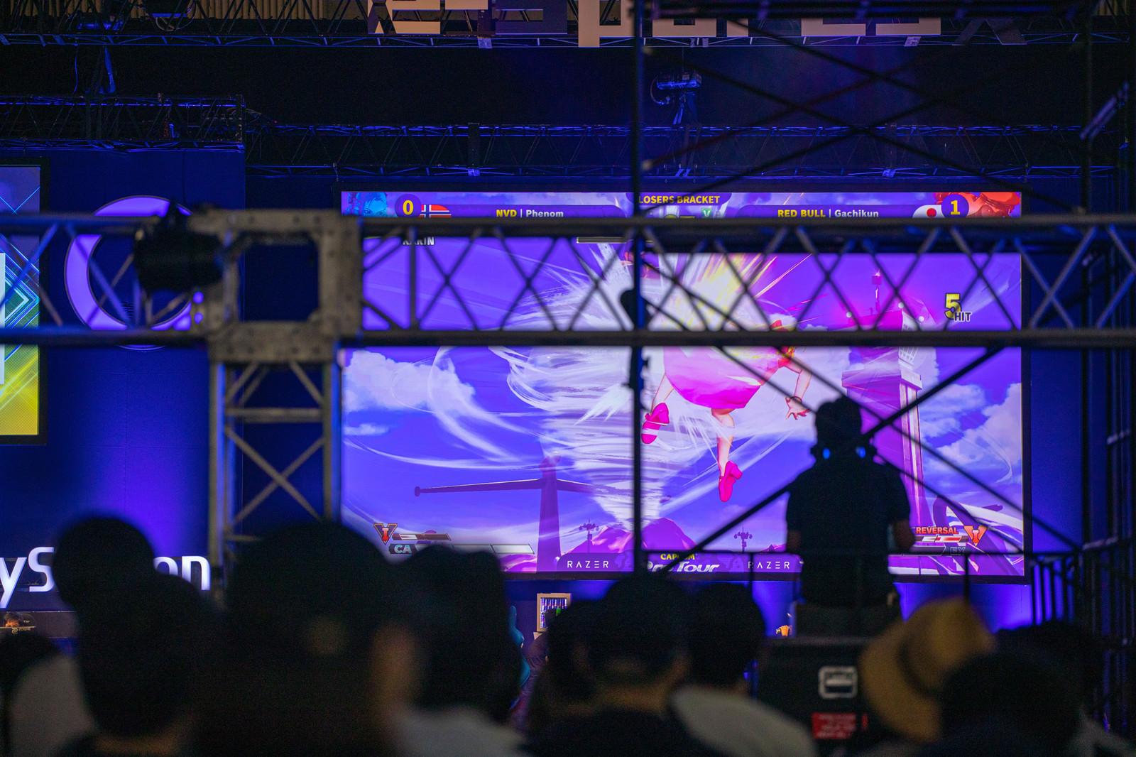 「試合の様子を映す巨大スクリーン - CAPCOM Pro Tour 2019 アジアプレミア」の写真