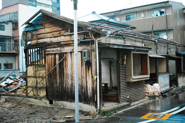 半壊した家屋の写真