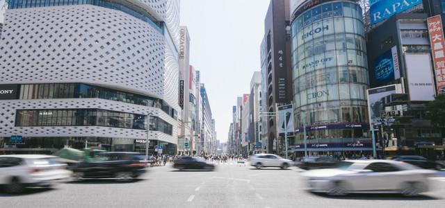 銀座四丁目交差点の車通りと歩行者天国の写真