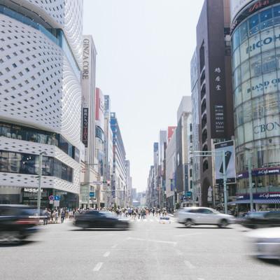 「銀座四丁目交差点の車通りと歩行者天国」の写真素材