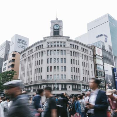 人であふれる銀座の4丁目交差点-和光時計台の写真
