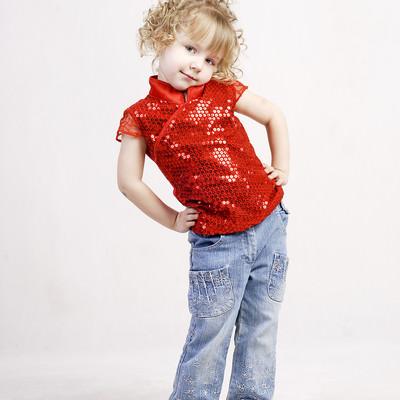 「赤いお洋服を着た小さい女の子(ロシア)」の写真素材