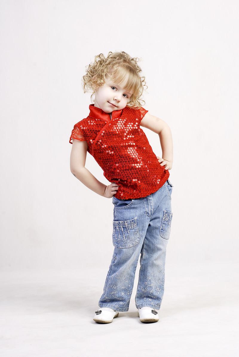 「赤いお洋服を着た小さい女の子(ロシア)」の写真[モデル:モデルファクトリー]