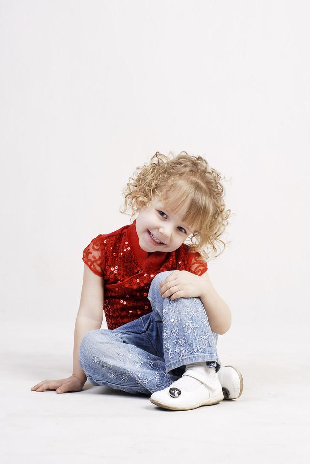 天真爛漫な可愛らしさのブロンドの女の子の写真