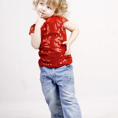 「指をくわえる幼いブロンドの女の子」の写真素材