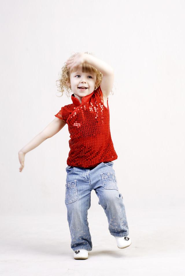 手を振る女の子の写真