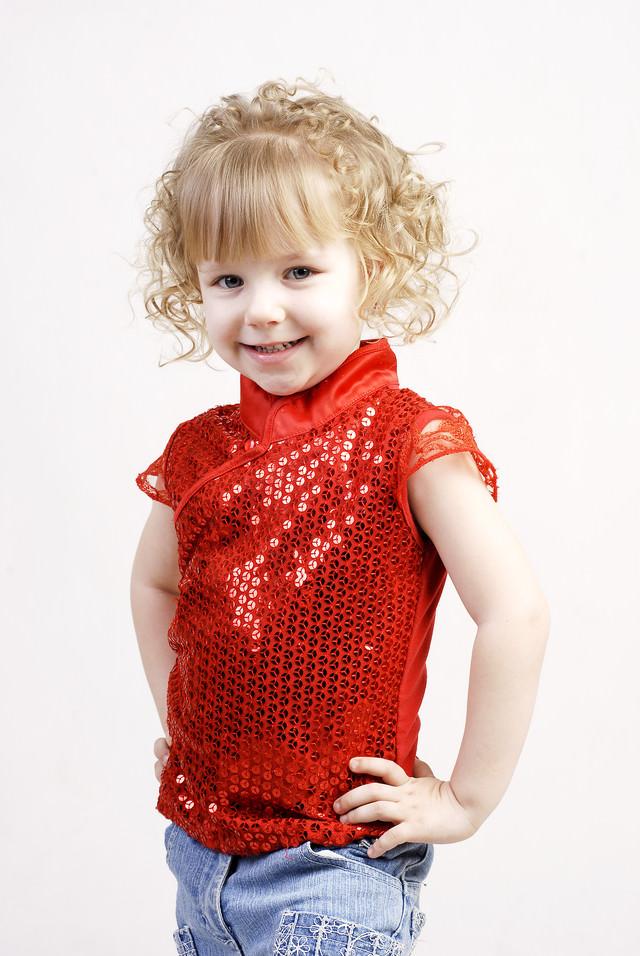 90年代ぽい赤い服を着たブロンドヘアの女の子の写真