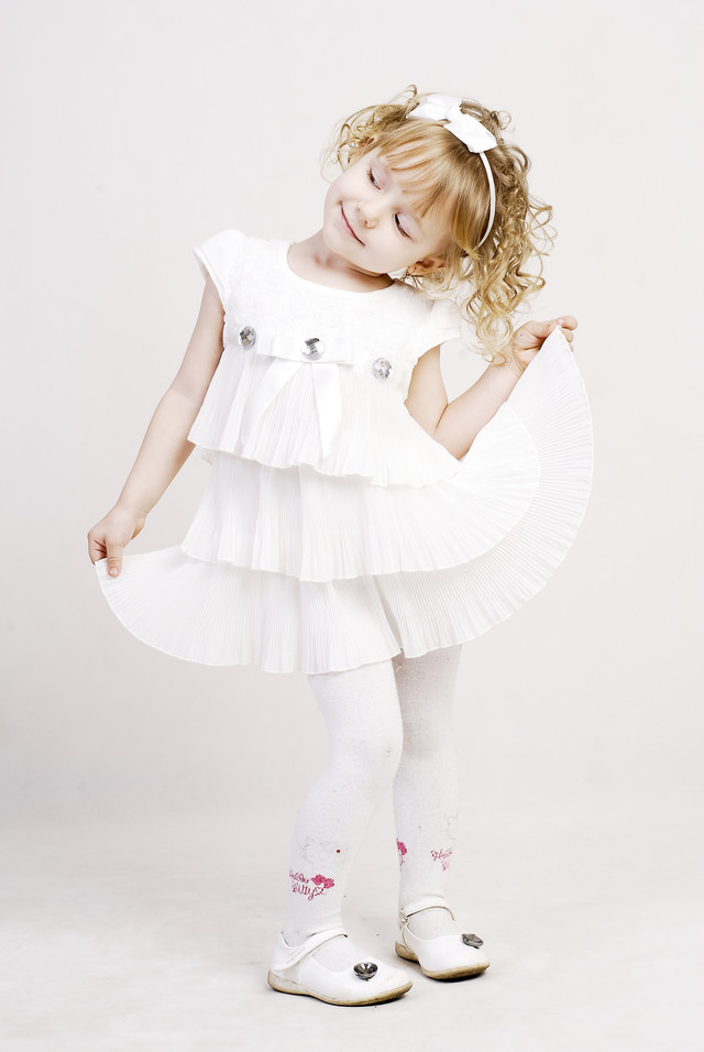 白いドレスでおめかしさん(外国の女の子)の写真