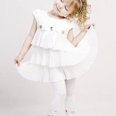 「白いドレスでおめかしさん(外国の女の子)」の写真素材